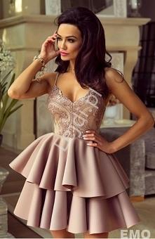 Modna sukienka z piankową spódnica i górą ozdobioną koronką i cekinami. Sukie...