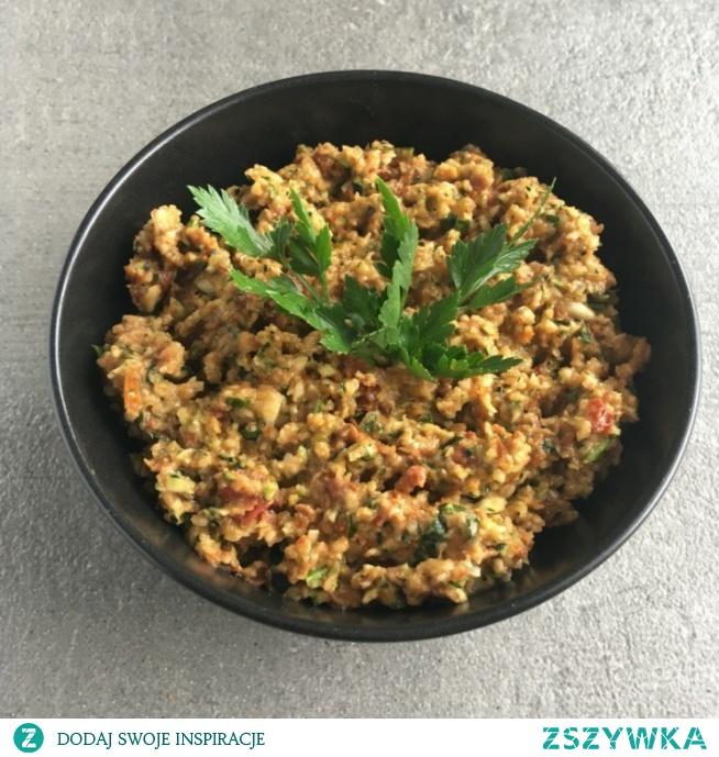 Pasta z cukinii i suszonych pomidorów jest wyjątkowo łatwa w przygotowaniu i świetnie sprawdza się na kanapkach lub jako pesto do makaronu. Zachęcam do spróbowania, nawet jeśli jesteś zdeklarowanym mięsożercą