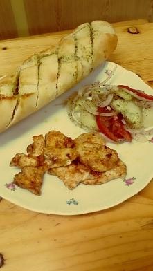 Bagietka czosnkowa z kurczakiem i salatka ❤