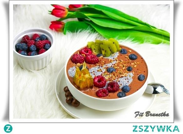 Czekoladowe smoothie bowl to kolejna z propozycji koktajli w miseczce. Pyszny deser który można zjeść na śniadanie. Bardzo popularne i bardzo pyszne, łatwe i szybkie w przygotowaniu. Można mieszać urozmaicając je o różne składniki, dzięki czemu za każdym razem będziemy mieć inne ale równie pyszne śniadanie czy deser.