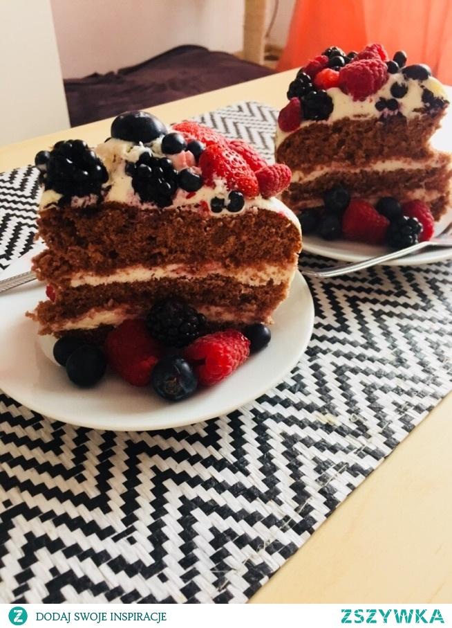 Tort z czekoladowym biszkoptami przekładany kremem mascarpone z owocami