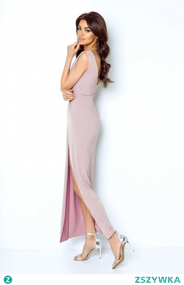 Zmysłowa sukienka maxi z głębokim dekoltem w stylu greckiej bogini idealnie sprawdzi się na imprezy okolicznościowe. Marszczenie w okolicy talii daje efekt optycznego wyszczuplenia. Głęboki rozporkiem wydłuża linię nóg a kryty zamek z tyłu ułatwia jej zakładanie.