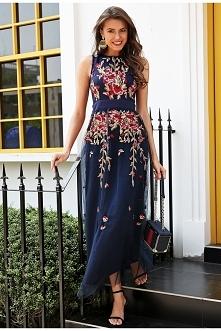 Długa suknia dla druhny w kolorze granatu zdobiona kwiatowym nadrukiem. Piękna granatowa długa suknia z tulem, zdobiona.   Kilka warstw materiału wraz z tiulem powoduje pięknie ...