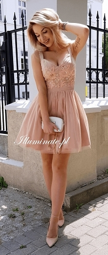 Tiulowa, karmelowa sukienka...