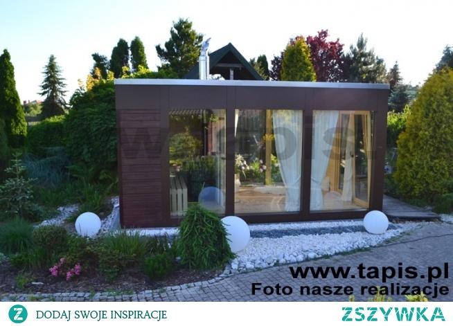 Domek saunowy CRUX. Elewacja domku została wykonana z nowoczesnych płyt Centroplast w połączeniu z panelem drewnianym. Producent: TAPIS.PL