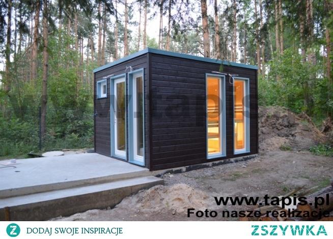 Domek saunowy HELIX z niewielkim przedsionkiem, toaletą i prysznicem. Elewacja domku została wykonana z paneli drewnianych. Producent: TAPIS.PL