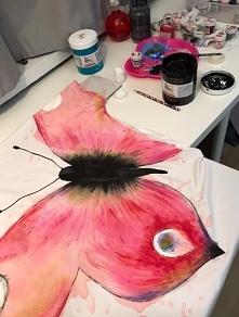 W trakcie malowania jednej z bardziej czasochłonnych koszulek. :) Co chwilę musiałam czekać aż wyschnie by móc malować dalszą część. Mimo wszystko chętnie namalowałabym kolejneg...