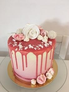 Różowy torcik z #drip em i ...