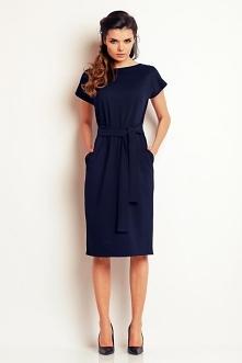 Elegancka sukienka do pracy idealnie podkreśla talię dzięki grubej szarfie. Sukienka posiada praktyczne kieszenie na różne drobiazgi. Struktura materiału sukienki jest tłoczona.
