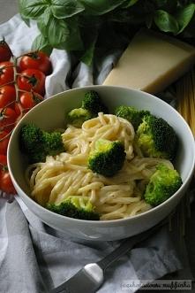 Spaghetti z brokułami w sosie serowym.