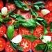 Zupa krem z pieczonych pomidorów malinowych  12 średnich pomidorów malinowych 1 cebula  2-3 ząbki czosnku  1 papryczka chilli  dwie garście listków bazylii oliwa extra vergine  kilka łyżeczek pesto z bazylii, oliwa z oliwek  sól, pieprz   1. Rozgrzej piekarnik do 200 stopni.  2. Pomidory przekrój na pół i ułóż obok siebie w dużej brytfance.  Dodaj papryczkę chilli, cebulę (obraną i pokrojoną na ćwiartki, szóstki lub ósemki) oraz nieobrany ze skórki czosnek. Większe ząbki czosnku przekrój wzdłuż na pół.  3. Na pomidorach rozłóż liście bazylii i całość skrop porządnie oliwą. 4. Wstaw pomidory do piekarnika na około 30-40 minut. 5. Upieczone pomidory wyciągnij z pieca i odstaw do ostygnięcia. 6. Usuń skórę z pomidorów (nie sprawi to żadnego problemu, będzie łatwo odchodzić sama). Zmiksuj pomidory w blenderze razem z cebulą, czosnkiem, papryczką (jeżeli będzie bardzo ostra, użyj połowy), bazylią, całym sokiem z pomidorów, który zebrał się na dnie brytfanki oraz sporą szczyptą soli i pieprzu. W razie potrzeby miksuj partiami.  7. Podgrzej zupę i podawaj z bazyliowym pesto .   Smacznego!