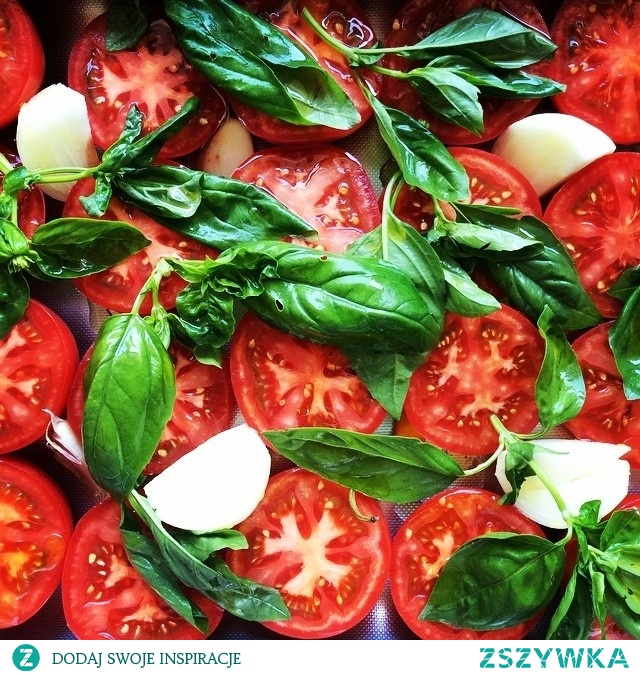 Zupa krem z pieczonych pomidorów malinowych 12 średnich pomidorów malinowych 1 cebula 2-3 ząbki czosnku 1 papryczka chilli dwie garście listków bazylii oliwa extra vergine kilka łyżeczek pesto z bazylii, oliwa z oliwek sól, pieprz 1. Rozgrzej piekarnik do 200 stopni. 2. Pomidory przekrój na pół i ułóż obok siebie w dużej brytfance. Dodaj papryczkę chilli, cebulę (obraną i pokrojoną na ćwiartki, szóstki lub ósemki) oraz nieobrany ze skórki czosnek. Większe ząbki czosnku przekrój wzdłuż na pół. 3. Na pomidorach rozłóż liście bazylii i całość skrop porządnie oliwą. 4. Wstaw pomidory do piekarnika na około 30-40 minut. 5. Upieczone pomidory wyciągnij z pieca i odstaw do ostygnięcia. 6. Usuń skórę z pomidorów (nie sprawi to żadnego problemu, będzie łatwo odchodzić sama). Zmiksuj pomidory w blenderze razem z cebulą, czosnkiem, papryczką (jeżeli będzie bardzo ostra, użyj połowy), bazylią, całym sokiem z pomidorów, który zebrał się na dnie brytfanki oraz sporą szczyptą soli i pieprzu. W razie potrzeby miksuj partiami. 7. Podgrzej zupę i podawaj zbazyliowym pesto . Smacznego!