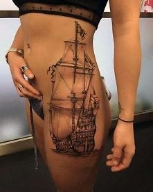 tatuaże damskie żaglowiec na biodrze