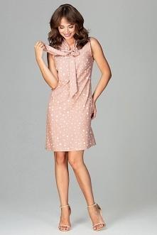 Prosta sukienka z eleganckim wiązaniem to propozycja dla kobiet ceniących sobie modne wzory połączone z klasycznymi formami. Sukienka o takim fasonie świetnie zakrywa mankamenty...