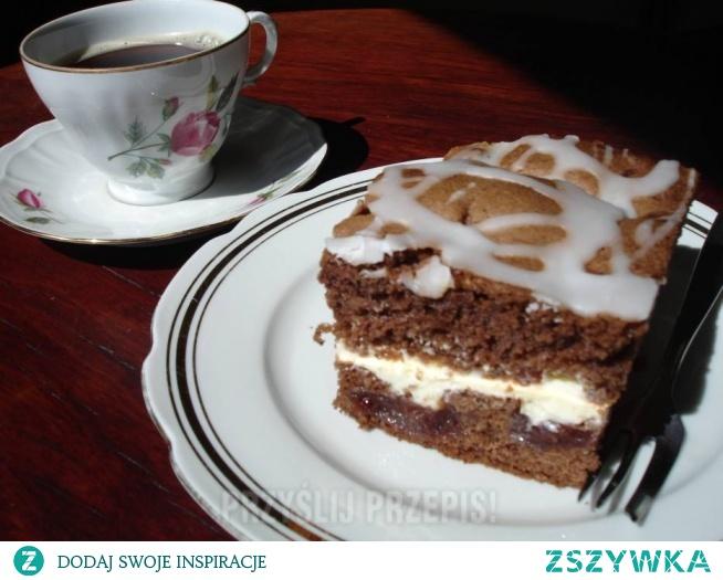 CIASTO KORZENNE OWOCOWO KREMOWE  Pyszne, mięciutkie ciasto o wyrazistym smaku korzennym, owocowym z cytrynowym kremem. Można go podawać na każdą okazję.  Ciasto: - 5 dużych jaj - 1,5 szklanki cukru - 3/4 szklanki oleju rzepakowego - 2 szklanki mąki pszennej (minus 2 łyżki) - 1 szklanka mąki ziemniaczanej - 2 łyżki kakao - 3 płaskie łyżeczki proszku do pieczenia - 3/4 litra marmolady wieloowocowej (u mnie domowej) - 1 kisiel owocowy (opcjonalnie)  Masa cytrynowa : - 1/2 l mleka - 1 budyń cytrynowy (bez cukru) - 120 g masła - 2 łyżki soku z cytryny - 3/4 szklanki cukru pudru  Lukier : - 1/2 szklanki cukru pudru - 1 i 1/2 łyżki soku z cytryny   Mąkę pszenną, ziemniaczaną, kakao, przyprawy do piernika i proszek do pieczenia - przesiać. Całe jajka utrzeć z cukrem. Ciągle ucierając dodawać stopniowo olej (cienkim strumyczkiem lub po 1 łyżce - żeby masa się nie ścięła), następnie ucierając na najniższych obrotach robota, dodawać po 1 łyżce produkty sypkie i cukier waniliowy. Formę o wymiarach 34 x 26 cm, wyłożyć papierem do pieczenia. Przełożyć ciasto do formy i wyrównać powierzchnię. Przygotować marmoladę. Jeżeli jest za rzadka, to dodać do niej 1 kisiel owocowy (ja dodałam cytrynowy). Wymieszać dokładnie. Na całej powierzchni ciasta kłaść łyżeczką porcje marmolady jedna obok drugiej. W czasie pieczenia, marmolada lekko zatopi się w ciasto. Włożyć ciasto do piekarnika nagrzanego do 180*C (bez termoobiegu) i piec około 40 - 45 minut. Do suchego patyczka. Ciasto po wyjęciu z piekarnika ostudzić. 2. 2. Ugotować budyń według instrukcji na opakowaniu nie dodając cukru. Ostudzić. Żeby na powierzchni budyniu w trakcie studzenia nie utworzył się kożuch, przykrywamy budyń folią spożywczą dokładnie dociskając do powierzchni budyniu. Masło utrzeć z cukrem pudrem, do uzyskania puszystego, jasnego kremu. Dalej ucierając dodawać po 1 łyżce ostudzony budyń. Na koniec dodać sok z cytryny i chwilę jeszcze ucierać. CIASTO KORZENNE OWOCOWO KREMOWE3. 3. Ponieważ ciasto jest miękkie i łamliwe