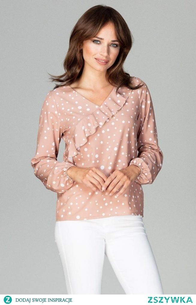 Urocza bluzka w kropeczki z falbanką świetnie urozmaici twoją stylizację. Lekko luźny krój pozwoli ci zamaskować niedoskonałości sylwetki.