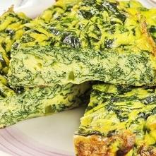 Szpinakowa Tarta bez ciasta - tak samo dobra, ale dużo zdrowsza! Składniki: - 1 łyżka oleju roślinnego - 1 posiekana cebula - 300 g szpinaku - 5 jajek, roztrzepanych - 350 g ser...