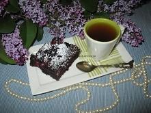 Czekoladowe ciasto bez jajek    Składniki (forma 20×20 cm):      230 g mąki     200 g cukru     225 ml gorącej wody     75 g oleju     25 g ciemnego kakao     1 łyżka octu     1...