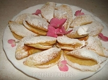Ciasteczka Drożdżowo-kruche  • 3 szkl. mąki tortowej • 1szkl. śmietany • 1 kostka margaryny • Cukier waniliowy • Posolić   Zagnieść • Dać do lodówki na 1 godz • Rozwałkować cia...