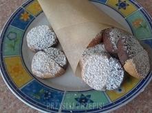 Ciasteczka dwubarwne  Ciasto jasne : 1,5 szkl. mąki 2 łyżki cukru pudru 12 dag margaryny 2 łyżki śmietany 2 żółtka 1 łyżka cukru waniliowego 1/2 łyżeczki proszku do pieczenia sz...
