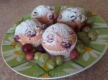 Różowe muffinki z agrestem  10 dag. rozpuszczonej margaryny pół szkl. kefiru 2 jajka aromat waniliowy 1,5 szkl. mąki 3\4 szkl. cukru 1 kisiel wiśniowy 2 łyżeczki proszku do piec...