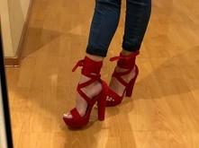 Niedługo wybieram się na wesele, planuje założyć właśnie te buty. Ale kompletnie nie wiem jakiej kiecki szukać do nich :D Jakies propozycje? ;>