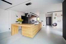 Czerń, drewno i biel, to klasyczne i minimalistyczne połączenie wspaniale pre...
