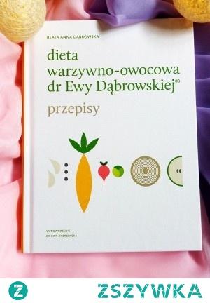 """[kliknij po szczegóły]  Smakuj zdrowie każdego dnia!  Z kultową dietą warzywno-owocową dr Ewy Dąbrowskiej  - odkryjesz życiodajną moc smacznych potraw,  - odbudujesz dobrą kondycję Twojego organizmu,  - poprawisz wygląd swojej skóry,  - zwalczysz uczucie zmęczenia,  - ograniczysz infekcje i zwiększysz odporność.  Jedzenie, które spożywasz na co dzień, może być najlepszym i jedynym lekarstwem, jakiego potrzebujesz. W tej książce znajdziesz smaczne przepisy diety warzywno-owocowej. Pokochaj warzywa, zioła, przyprawy, kiszonki. Przejmij kontrolę nad swoim zdrowiem. Naucz się dbać o jakość, a nie o ilość jedzenia. Poznawaj nowe smaki i wybieraj spośród mnóstwa pomysłów na rewolucyjne potrawy!  Autorką książki """"Dieta warzywno-owocowa dr Ewy Dąbrowskiej®. Przepisy"""" jest moja wspaniała synowa Beata. Ma ona nieprzeciętny dar – z łatwością tworzy ciekawe kompozycje potraw, które spełniają kryteria diety warzywno-owocowej. Z radością polecam tę książkę.  dr Ewa Dąbrowska"""