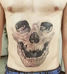 czaszka na brzuch