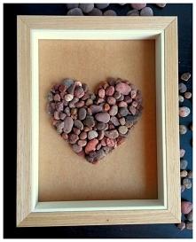Serce w ramce stworzone z kamieni