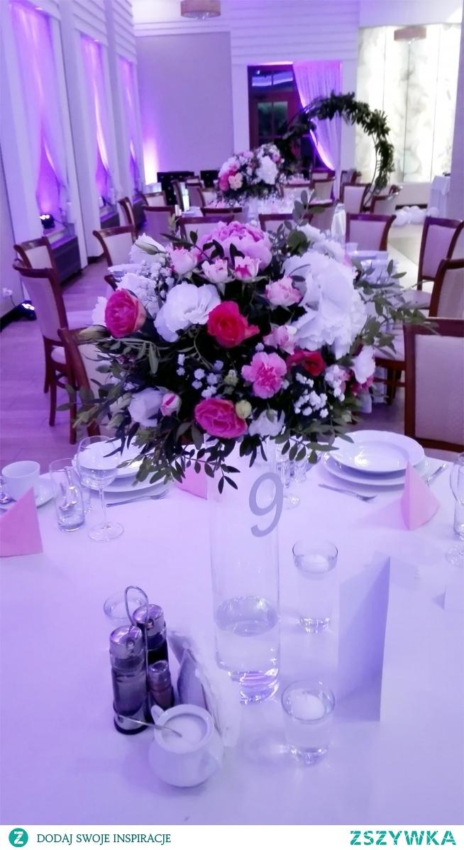 Wysokie wazony na stołach weselnych <3
