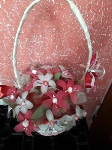 kwiaty z rajstop w koszyku