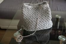 Zobacz, jak zrobić torebkę na szydełku. Bardzo prosty wzór, idealny dla początkujących.