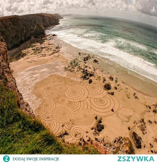 Wydeptane wzory na plaży