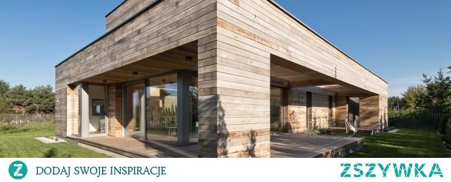 Cedrowy dom, do którego wprawiono okna Internorm, to jedna z naszych realizacji. Jesteśmy dumni z tego, jak dobrze dopasowane okna panoramiczne rozświetliły wnętrza tego budynku.
