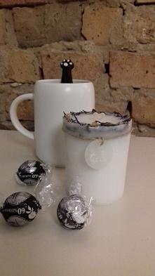 Świeczka ze stearyny roślinnej z zatopioną białą herbatą wzbogaconą o nutę wa...