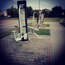 Dzisiejszy trening na siłowni pod chmurką oraz rower, zeby dotrzeć na miejsce. Trzeba korzystać z pogody ile się da. A wy korzystacie z ostatnich dni lata?