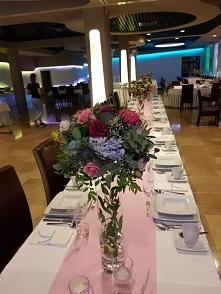 Bajkowe kwiaty na stołach w...