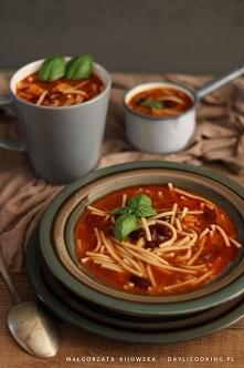 Zupa pomidorowa z mielonym wołowym mięsem, czerwoną fasolą i makaronem