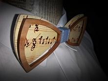 Drewniana muszka z motywem muzycznym.