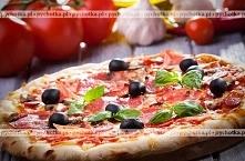 Pizza z szynką i oliwkami
