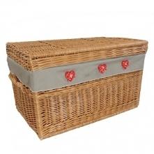 Wiklinowy kufer z materiałowym wkładem zdobiony serduszkami