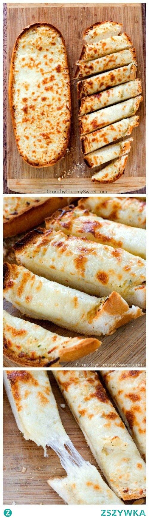 Składniki:  Bochenek włoskiego chleba (myślę że zwykły biały też da radę ;) ) 1/2 szklanki roztopionego masła 1-2 łyżeczek czosnku w proszku (wg uznania) 1 i 1/2 szklanki startej mozarelli   Nagrzewamy piekarnik do 200-205 C Wykładamy blachę pergaminem Przecinamy chleb wzdłuż na pół i rozkładamy, jak na obrazku Obie części smarujemy roztopionym masłem i posypujemy granulowanym czosnkiem Przykrywamy folią aluminiową i wkładamy do piekarnika na 10-12 minut Odkrywamy folię i posypujemy chleb startą mozarellą Wkładamy z powrotem do piekarnika i pieczemy 2-4 minuty (w zależności od potrzeb), aż ser się rozpuści i zarumieni Wyjmujemy na deskę do krojenia, chwilę studzimy, kroimy i podajemy