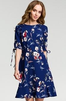 Moe M381 sukienka granatowa Zwiewna sukienka będzie doskonałą propozycją na co dzień, sukienka ozdobiona drukowanymi kwiatami, rękawy o długości do łokcia ozdobione wiazaniem