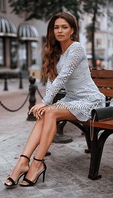 Piękna sukienka z długim rę...
