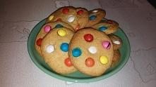 Piegowate ciasteczka - kruche ciasteczka z kolorowymi cukierkami, upieczone według przepisu ze strony Ani Starmach.   Przepis:   Składniki:  150 g miękkiego masła 150 g cukru 30...