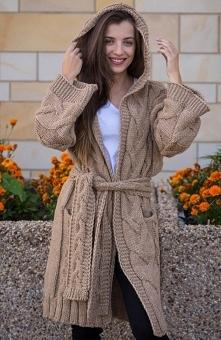 Sue Mia sweter karmelowy Ciepły sweter damski będzie doskonałą propozycją na chłodne poranki i wieczory, wykonany z niezwykle przyjemnej wełnianej dzianiny, sweter został ozdobi...
