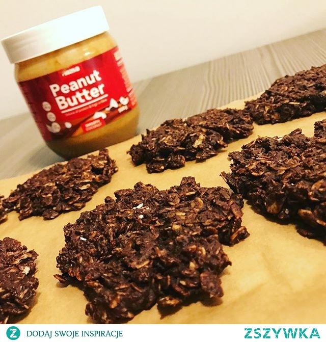 Fit jeżyki  Składniki: 3 łyżki miodu 3 łyżki masła orzechowego pół tabliczki czekolady 5-7 łyżek płatków owsianych  Przygotowanie: Wszystkie składniki oprócz płatków owsianych rozpuszczamy w kąpieli wodnej. Na koniec dodajemy płatki i formujemy ciastka. Układamy je na półce do szybkiego zamrażania wyłożonej papierem do pieczenia na godzinę. Gotowe ciastka przechowujemy w lodówce.   Przepis: fitniefat.com
