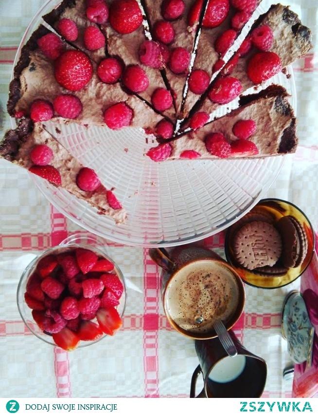 TARTA KREMÓWKA Z MALINAMI   Składniki :  30 dag mąki  10 dag cukru  20 dag masła  3 żółtka  3 łyżeczki kakao  1/2 łyżeczka proszku do pieczenia  margaryna i bułka tarta do blachy  2 dag żelatyny  30 dag gorzkiej czekolady  10 dag serka mascarpone  250 ml śmietany kremówki  maliny lub inny ulubiony owoc   PRZYGOTOWANIE: Mąkę wymieszać z cukrem, kakao i proszkiem do pieczenia. Dodać żółtka oraz masło. Bardzo szybko zagnieść ciasto, schłodzić ok 20 min. Potem cienki rozwałkować. Wysmarowaną i posypana bułką blachę, oblepić ciastem ( brzegi i spód).Spód ciasta pokłóć widelcem. Piec ok 20 minut w temperaturze 190 stopni.Ciasto wystudzić. Żelatynę namoczyć. Czekoladę roztopić; wymieszać z serkiem. Rozpuszczoną żelatynę dodać do serka. Śmietanę ubić na sztywno; dodać do śmietany żelatynę i masę serową. Tężącą masę położyć na cieście. Na wierzchu ułożyć owoce. Schłodzić około 2 godziny.   SMACZNEGO :-)