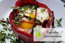 Przepis na faszerowaną paprykę z jajkiem sadzonym. Palce lizać!